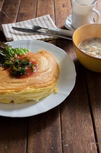 フランスの世界遺産、モンサンミッシェル。モンサンミッシェルといえば、ふわっふわのオムレツが名物です。栄養たっぷり、だけど低糖質な卵を泡立てて、口のなかでしゅわっととろけるフランス風のオムレツを作りましょう。忙しい朝ですが、電動泡立て器を使うとすぐにできちゃいます。野菜スープやあったか汁物を添えればさらに満足度もアップ♪