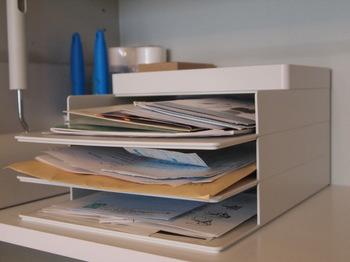 スタッキングできる書類ケースで、チラシや郵便物の《とりあえず置き場》を作りましょう。種類別、重要度別に分けて入れることで、その後の仕分けがスムーズになります。