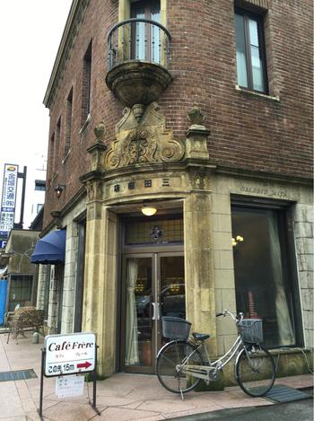 煉瓦造りの洋館内にある昭和レトロな喫茶店。昭和5年(1930年)に建てられた建物は国の登録文化財にも指定されています。
