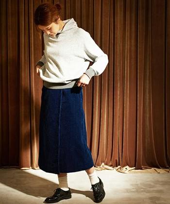 生地に独特な凹凸があるラップスカートで、装いを小粋に演出。ラフなスウェットプルオーバーも、子供っぽい印象になりません。