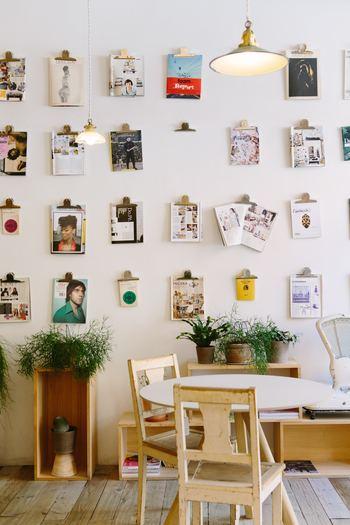 100均などで購入したクリップボードに、好きな雑誌の切り抜きやポストカードなどを挟んで、壁にランダムに飾ると、おしゃれな壁面インテリアの完成です。
