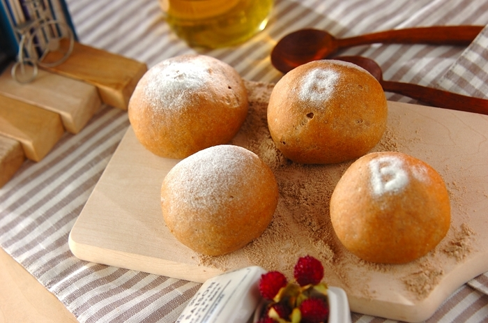 小麦粉は糖質がたくさん。それでもやっぱり朝はパンがなくちゃ・・・というパン大好きさんは、「小麦ふすま」を使って素朴なパンを手作りしてみませんか?小麦粉から置き換えて作るだけで、70パーセントほどの糖質をカットすることができます。せっかくのヘルシーメニューですし、甘みもハチミツで加えましょう。