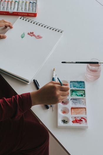 手作りに慣れていない方でも、画用紙に絵を描いたり、ポラロイドカメラで気になる写真を撮って壁に飾ったり...簡単なアイディアで、思いもよらず素敵な作品が完成するかもしれません。