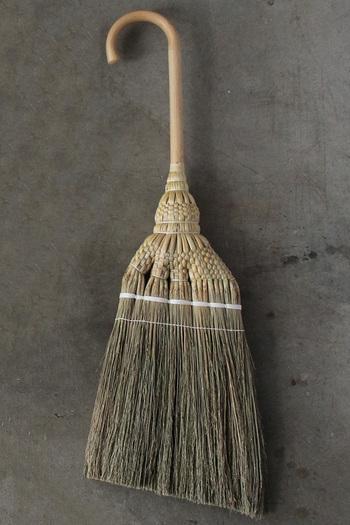 """『そばに置いておきたい掃除道具』。そんな思いをコンセプトに作られた、いつでもどこにでも、ぶら下げておける白木屋傳兵衛製造・""""掃印(そうじるし)""""の『掛けほうき』。どうぞ手元に置いてください。"""
