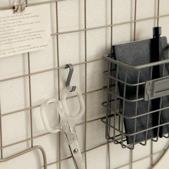 100均などで購入できるワイヤーメッシュも、壁面収納に大活躍してくれます。フックやピンチを活用すれば、ワイヤーメッシュにハサミを引っかけたり紙類を挟んだり、アイディア次第で使い方は自由自在!