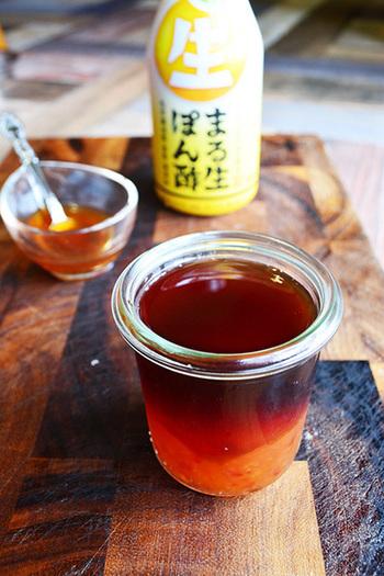 市販の生ぽん酢にスイートチリソースを混ぜ合わせるだけで、手軽にエスニックだれが完成!湯豆腐といえば、やっぱりぽん酢ですね。