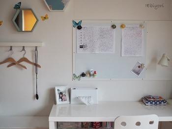 見やすく・使いやすい収納には「壁」を活用するのもおすすめです。こちらは壁にマグネットボードを取り付けています。書類や写真を貼ったり、可愛いマグネットをつけてみたりetc…便利なうえ、見た目もとってもおしゃれですよね☆