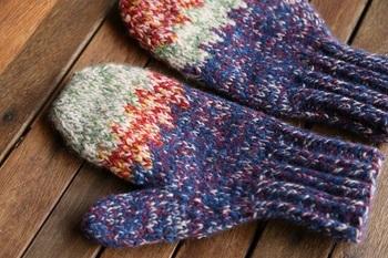 「yourwear」は、秋田の最北端・大館市のニットブランド。代表の佐藤孔代さんが生まれ育ったのは息も凍るほど厳しい寒さの地。だからこそ、着る人を包みこむような温かみを感じるニットが生み出されています。写真は帽子やストールを作る際に出た残糸を組み合わせた糸を使った一点もののミトン。性別、年齢も関係なく、着る人の個性を引き出すニットの魅力を楽しんで。