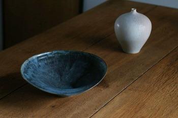 奇抜ではないやわらかな色合いながら、生活に華を添えてくれる器たち。陶芸家の池田優子さん(写真左)、安藤由香さん(写真右)の作るボウルや花器を、2018年の抱負とともに展示します。今年はどんな器を作ろうかと、その手に込めた想いとは。