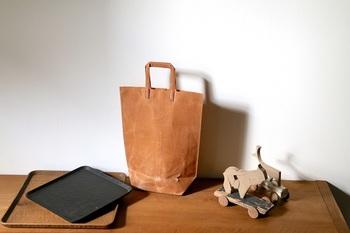 鞄作家・瀧川かずみさんの帆布×蝋引きのバッグ(中央)。 漆のスプーンを中心に展開する「匙屋」からは、くるみやイチョウの木で作った角盆(左)や、端材を組み合わせたおもちゃ(右)を展開。それぞれ共通しているのは、ひと手間ならずふた手間かけるものづくり。異なる素材が生み出す機能性と造形美を兼ね備えています。