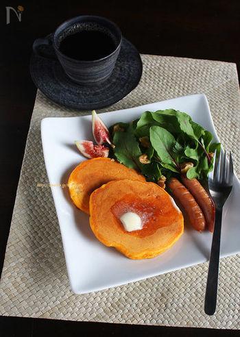 生地にジュースや食用色素を加えれば、色とりどりのパンケーキが作れます。こちらは、牛乳の分量を野菜ジュース代えたオレンジ色がキレイなパンケーキ。ヘルシーで、見た目にも鮮やかです。