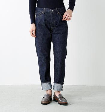 股上深め、テーパードがかかったストレートのキレイめシルエットのデニム。時間をかけて織られたデニムならではの凹凸やムラのある立体的な表情が魅力です。裾を幅広にロールアップして、クラシカルに穿きこなすのが◎