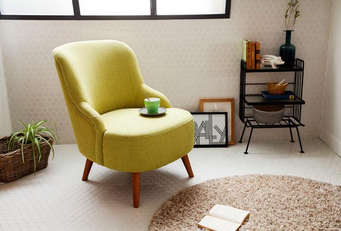 きゅっとコンパクトにまとまったフォルムといい、生地の質感といい、ヨーロッパの可愛い家具のイメージそのものと言っても良いソファーですね。こちらはイエローに近い明るいグリーンなのですが、もうひとつの定番カラーのバリエーションはこれまた鮮やかなピンクとなっています。インテリアのキーアイテムとして活躍してくれそうなソファーです。