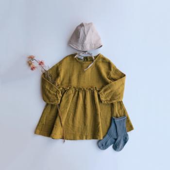 子供のピュアさを引き立てるような、キレイなマスタード色。胸のギャザーと広がりがキュートです。素材がしっかりとしているので、「寒い日にも着られる」「洗っても崩れない」というのが、嬉しいところ。