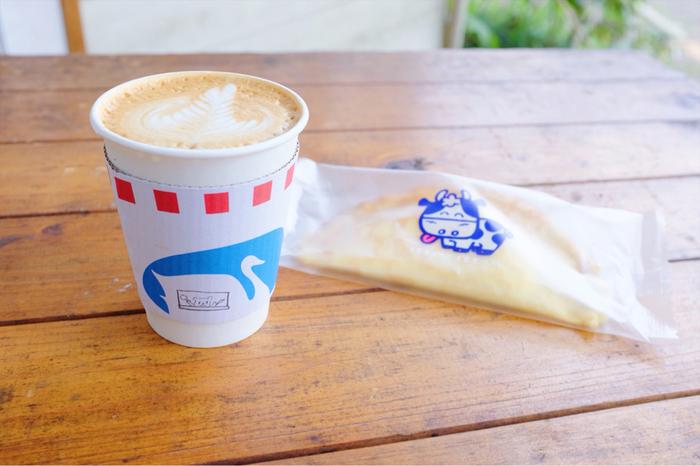 自家焙煎のコーヒーやカフェラテなど、あたたかい飲み物やアルコールなど幅広いドリンクメニューをテイクアウトする事ができます。吉祥寺らしいほっこりとするデザインのカップが素敵です。