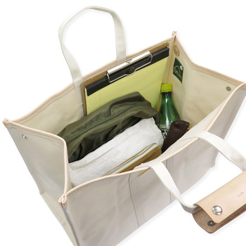 トートバッグは1つの袋のような形状になっているので、仕切りなどがついていないタイプがほとんどです。そのためバッグの中がぐちゃぐちゃになりやすいです。 バッグインバッグやボックスなどを活用して、自分が使いやすい仕切りを大きめトートの中に作ってみましょう。