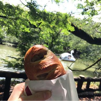 焼きたての美味しいパンを片手に井の頭公園をお散歩。公園の木陰に座ってみたり、四季を感じたり、ゆったりと自分時間を楽しみましょう。