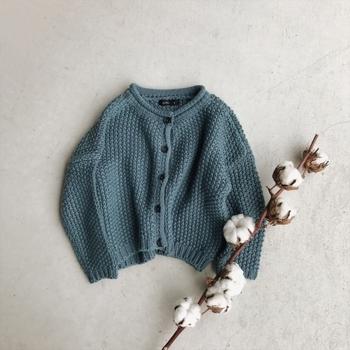 男女どちらにも合う上品なブルーのカーディガン。ポコポコとした大きめの編み方で、温かな素材感があります。サイズ選びがなかなか難しいのが、子供服。ゆったりとした肩のこんなデザインなら、ちょっと大きめをダボっと着てしまっても、むしろかわいいかも。