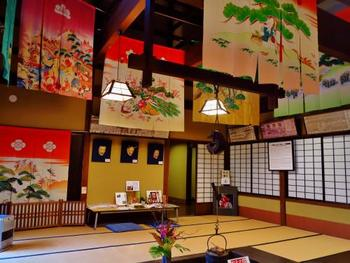 座敷や書院の間には華やかな花嫁のれんや加賀友禅の着物、繊細で可憐な加賀手毬なども展示され、嘗ての金沢の町民文化を体感できます。