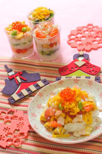 ひな祭りの定番メニューといえば、美しい見た目の「ちらし寿司」や「お吸い物」。このふたつがあるだけで、ひな祭りの食卓はパッと華やぎます。では早速、定番の「ちらし寿司」「お吸い物」の基本のレシピをご紹介したいと思います。