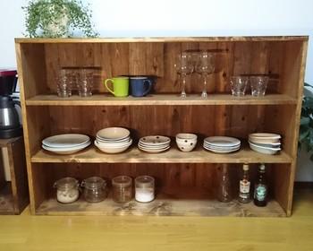 ハンドメイドサイトでも味わい深い食器棚を見つけることができます。シンプルな造りなので、うつわを収めるほかに、ブックシェルフ、シューラックとしても使えるそうですよ。