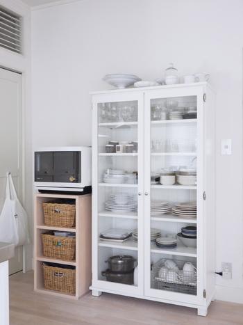 白い食器棚には色数を抑えて厳選された食器を入れているので、とてもすっきりとして見えます。棚の上部があいているので、取り出しやすいんですよ。