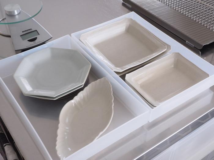 毎日使う食器ではないものは、ケースや引き出しなど、食器棚ではないところにしまっておいても大丈夫。一番使いやすい食器棚は一軍の食器のためにエリアを確保しておきましょう。