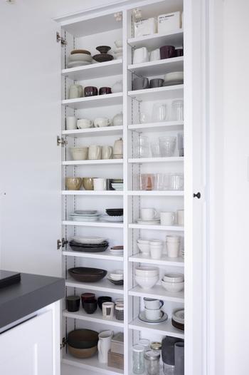 奥行きの浅い食器棚なら、取り出しやすさも抜群!作り付けの壁面収納なら、上から下まで収納力もたっぷりですね。