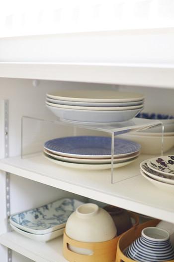 適度な空間がとられているかどうかが、取り出しやすい食器棚にできるかどうかの重要なポイントです。こちらは無印良品のアクリル板。透明なので、食器棚や食器の雰囲気を壊しません。