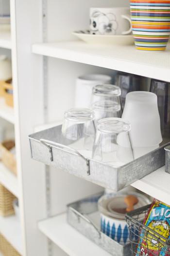 よく使うグラス類はブリキのトレイに入れて、引き出しやすく。重ねたグラスは、トレイをすこし引き出してあげると、取り出しやすくなります。