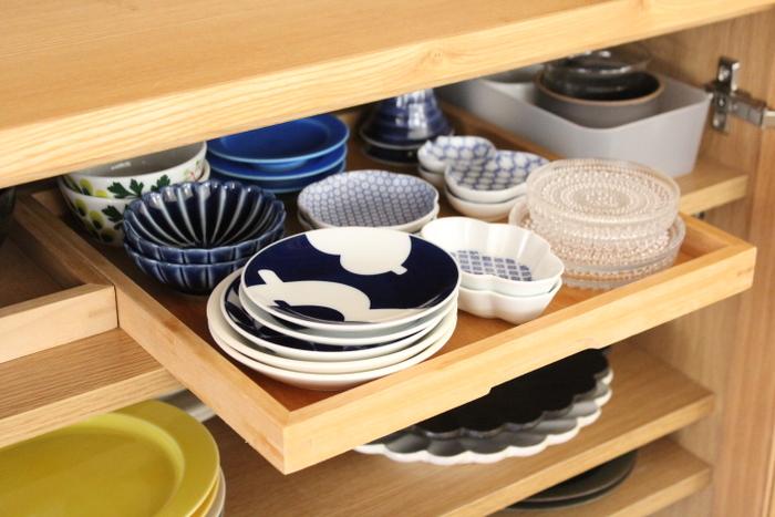 木製の食器棚には木製トレイがよく似合います。細かなうつわは木製トレイにおさめて、食器棚を奥まで有効活用しています。