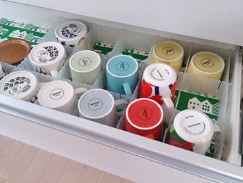 毎日、使うマグカップは一目で見渡せる収納に。仕切りをつけてあげると、引き出しを開けたときにも、食器同士がぶつかることがありません。