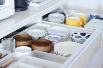 毎日使う食器だけを厳選して入れているので、盛りつけるときにも無駄な動きがありません。ぴったりと重なるうつわをチョイスするとこんなに気持ちよく引き出しに収められるんですね。