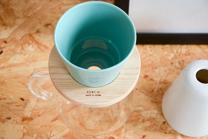コーヒー好きな方におすすめなのが、人気のドーナツドリッパー「THOCH(トーチ)」。とくに、こちらは別注カラーのおしゃれなブルー。限定生産ですから貴重です。陶磁器のドリッパーに、ホワイトアッシュの無垢材を組み合わせた爽やかなデザインが印象的。
