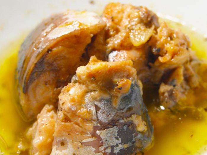 おつまみにも最適なサバ缶のアヒージョです。オリーブオイルやハーブと一緒にお鍋で約12分煮込むだけでできあがり♪フランスパンなどと合わせて食べてもいいですね。
