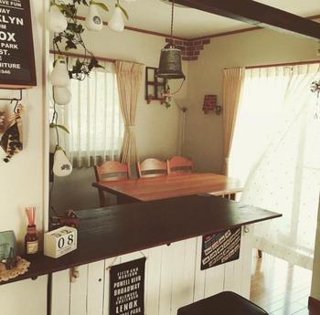 カラーボックスを天板でつなげただけで、こんなにオシャレなキッチンカウンターが出現!驚きのアイデアです。