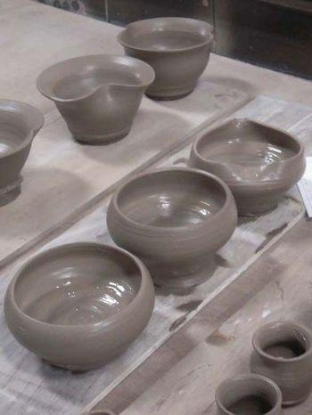 陶芸体験のコースは、プロも使用する本格的な電動ろくろを回して作る「ろくろコース」、粘土遊び感覚で自由に形を作る「手びねりコース」、両方楽しめる「ろくろ&手びねりコース」です。ろくろ体験は、後でつけてもらう模様も選べます。