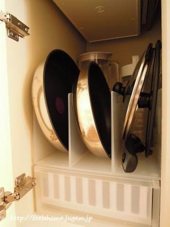 狭いシンク下は、仕切りを使ってデッドスペースを有効活用しましょう。よく使う鍋類などは、取り出しやすくなるよう縦に収納すると、ストレスなくお料理も楽しめます。