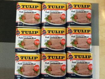 沖縄のソウルフードとして知られるランチョンミートは、SPAM(スパム)やTULIP(チューリップ)などのメーカーの商品があります。ポーク缶やポークとも呼ばれるように、豚肉を生の状態で塩やスパイス等と供に缶に入れ、加熱殺菌&調理加工したお肉の缶詰です♪