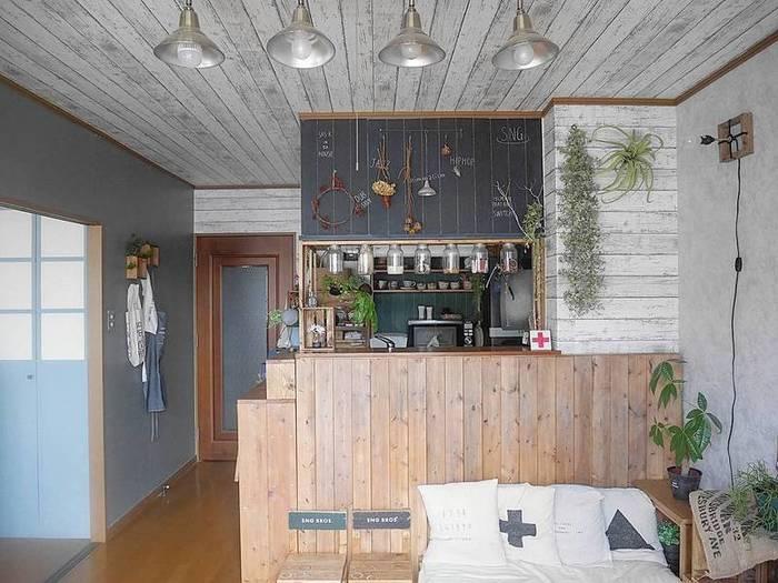 はって剥がせるタイプの壁紙なら賃貸でも安心!壁だけでなく天井にも壁紙をはると、お部屋全体に統一感が出ますね。いろんな壁紙を試して、壁紙の模様替えも楽しめそう♪