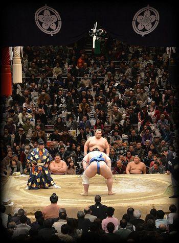 両国へ行ったら真っ先に訪れたい両国国技館。間近で見る取り組みは迫力満点!ちゃんこや力士弁当といったグルメや、グッズも充実しており、相撲ファンじゃなくても楽しめます。