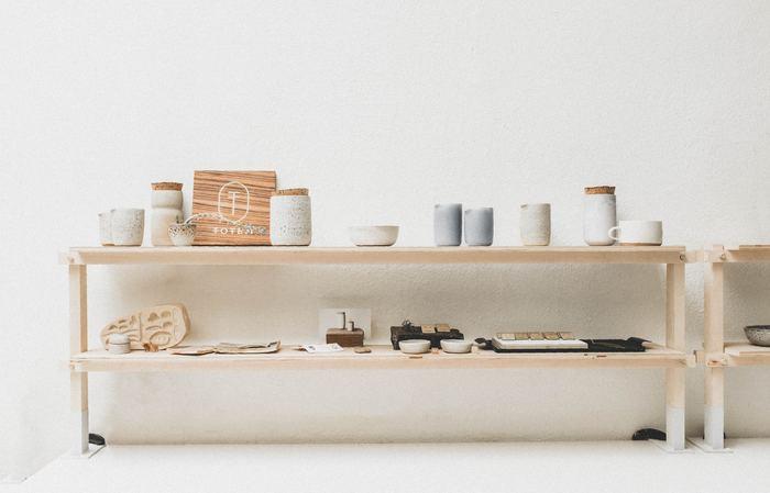 同系色の陶磁器や木製のプレートなど。異素材のアイテム同士でも、どちらもナチュラルな要素を含んでいるので、しっくりと調和して素敵なインテリアになります。