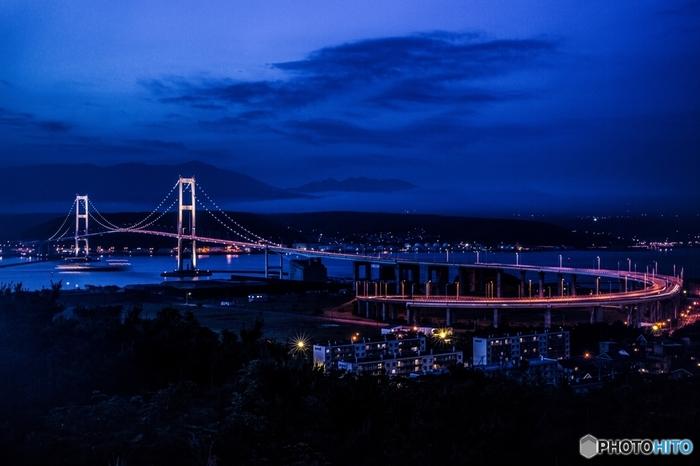 高台に位置する祝津公園の展望台は、室蘭の工場夜景眺望スポットとして特に人気のある場所です。ここからは、白浦湾にかかる白鳥大橋の全景と、対岸部に続く工業地帯が織りなす素晴らしい工場夜景を臨むことができます。