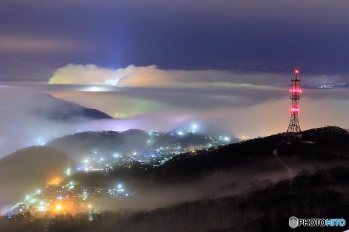 海霧が漂う中での工場夜景の美しさは傑出しています。立ち込める海霧、光輝く工場群が織りなす景色は、この世のものとは思えないほど神秘的です。