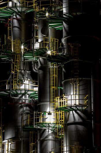 苫小牧市では、至近距離で工場夜景を臨むことができます。光を浴びて輝く大型プラントは、まるでSF映画に出てくる宇宙船であるかのような錯覚さえも感じます。
