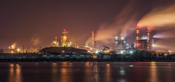 太平洋に面した青森県八戸市は、古くから工業で栄えてきた都市です。沿岸部には、東北電力・八戸火力発電所をはじめ、製紙工場、セメント工場、金属工場などがあり、夜になると壮麗な工場夜景へと変貌します。