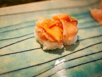 本格江戸前寿司と美味しい日本酒が楽しめる政寿司。地元で親しまれている、知る人ぞ知る名店です。お寿司だけでなく一品料理も充実しており、ひとりで入りやすいのも嬉しい。