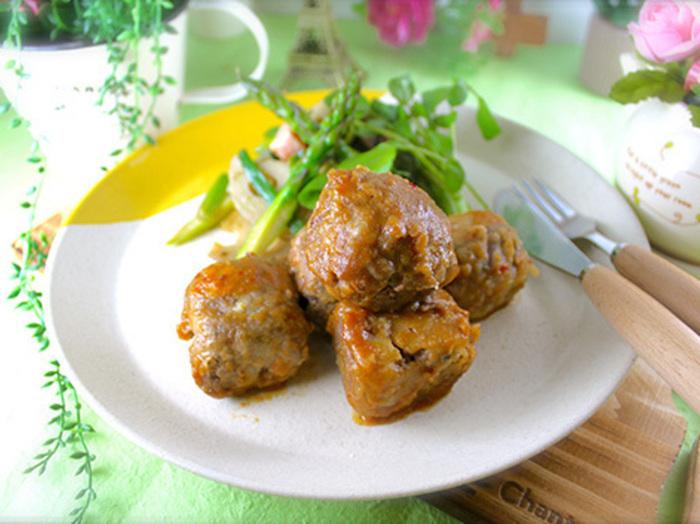 高野豆腐に牛小間切れに肉を巻いた「サイコロステーキ」風のメインおかず。表面のお肉とじゅわっと味がしみた高野豆腐は、まるでステーキのよう。カロリー控えめで節約できるレシピは、主婦の心強い味方ですね。