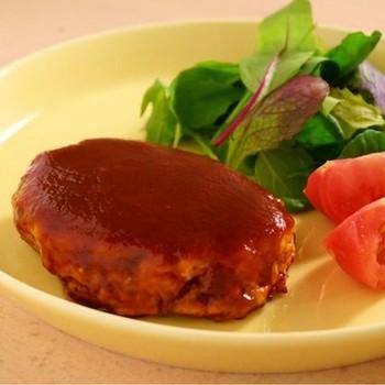 お肉ゼロ、お麩と玉ねぎで作るヘルシーハンバーグのレシピです。パン粉も使わず、水分をお麩に吸わせてから焼くとお肉のような食感が楽しめます。お麩はおろし金で簡単におろせるので、ストックしておくと便利ですね。