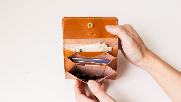 マルチケースは、3つの部屋に分かれ、カード・お札・コインなど自由に使い分けできます。コンパクトでかさばらないのもうれしいところです。オリジナルのBOX入りでプレゼントにもぴったりです。